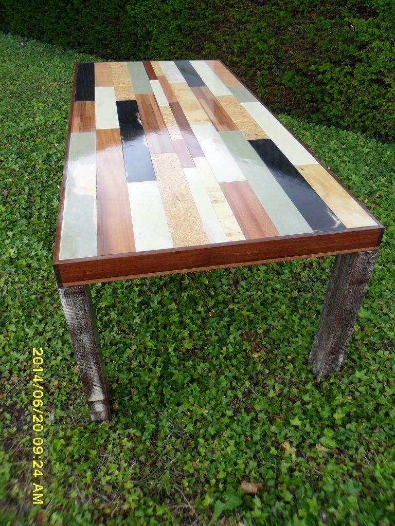 Houten tafel met ingelegd bovenblad